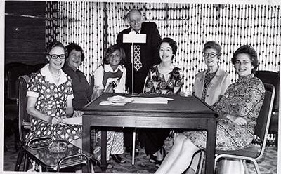 Australia\'s winning Far East Women\'s championship Hongkong - 1973 1st  (l to r)  Winsome LIPSCOMBE, Gabi TABAK, Felicity BEALE, Hans ROSENDORF NPC), Mary McMAHON, Ruth EATON and Gerda STERN - Source Cathy CHUA - Scanned SJ HINGE Nov 2009,
